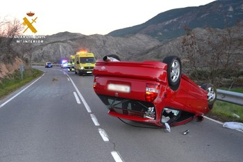 El coche quedó volcado sobre la calzada.