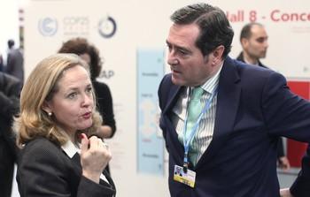 La ministra de Economía y Empresa en funciones, Nadia Calviño, habla con el presidente de CEOE, Antonio Garamendi