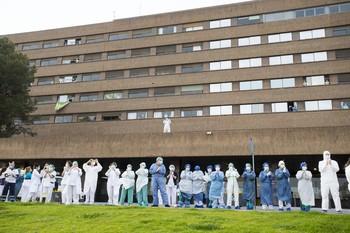 Imagen de archivo de sanitarios durante uno de los aplausos en los momentos duros de la pandemia.