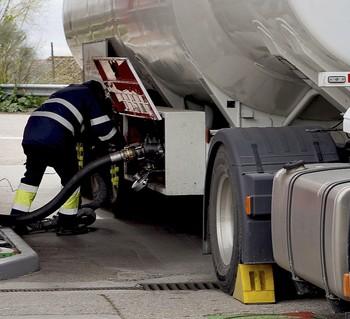 Un camión reposta combustible en una gasolinera de la Comunidad.