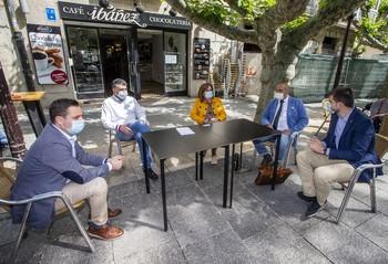 Concejales de los grupos del PSOE y Ciudadanos acuden a una cafetería del centro de la ciudad para apoyar las medidas que el sector hostelero ha introducido en esta primera fase de la desescalada.