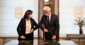 La presidenta del Gobierno Riojano y el alcalde de Logroño antes de la firma del convenio