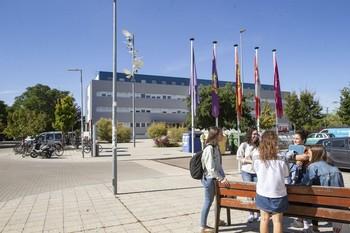 Un grupo de jóvenes charla en el campus de Palencia correspondiente a la Universidad de Valladolid.