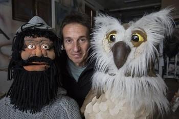 Román Muñoz, entre un muñeco del Cid, uno de los primeros que realizó, y el búho fabricado para el último espectáculo de Teatro Atópico sobre Félix.