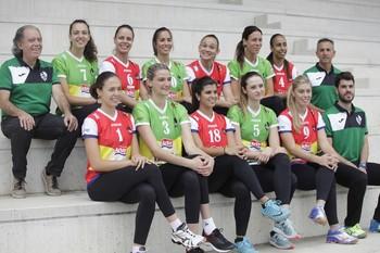 Carlos Arratia, con las jugadoras y cuerpo técnico de la temporada 2017-18.