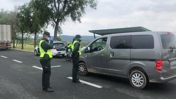Una patrulla de la Guardia Civil realiza un control en un área de descanso de la autopista AP-68