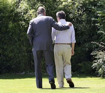 Don Juan Carlos (i) junto al expresidente Adolfo Suárez, dos de los principales pilares de la Transición.