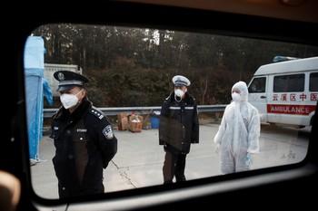 China eleva la cifra de muertos a 106 por el coronavirus