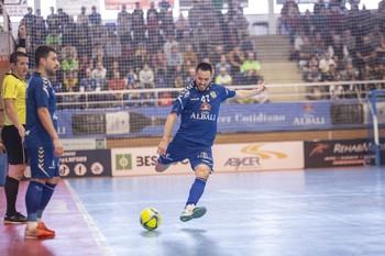 Rafael Rato se dispone a golpear un balón.