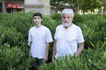 Juan José Rodríguez, dueño de la librería Hydria, y su hijo Carlos Rodríguez, promotores de la campaña de crowdfunding para evitar el deshacio de su vivienda.