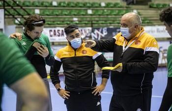 Julen Elustondo (i), escucha con atención las instrucciones de Alberto Suárez y Fernando Chico durante un entrenamiento
