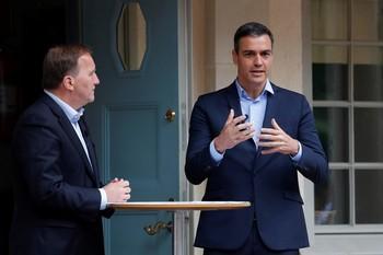 El presidente del Gobierno, Pedro Sánchez (i) durante su encuentro con el primer ministro sueco, Stefan Löfven.