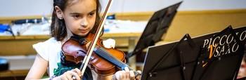 Alumna de una escuela de música tocando el violín, en un imagen de archivo.