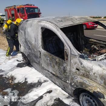 Los bomberos actúan para sofocar el incendio de un vehículo