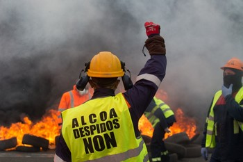 Miles de personas claman contra los despidos masivos de Alcoa