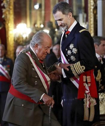 Felipe VI ayuda a su padre en la Pascua Militar de 2018, donde elogió el papel histórico de Don Juan Carlos