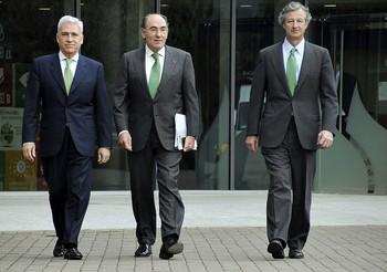 El director de los Negocios de Iberdrola, Francisco Martínez Córcoles (i), junto al presidente, Ignacio Sánchez Galán (c) y el director de Finanzas y Recursos, José Sainz Armada.