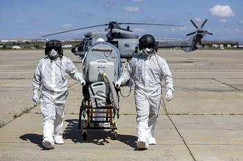 Dos militares realizan un simulacro en la base de Torrejón de Ardoz con un helicóptero Superpuma.