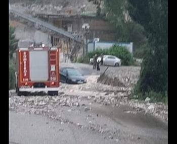 Imagen de un camión de bomberos de Logroño ayudando a los conductores atascados.