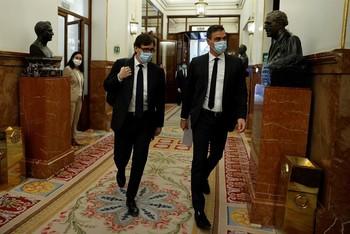 Pedro Sánchez, junto al ministro de Sanidad, Salvador Illa, en los pasillos del Congreso de los Diputados el pasado miércoles.
