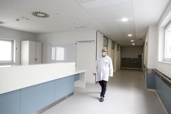Un médico camina por el Hospital San Pedro.