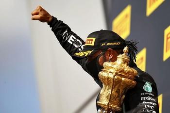 El británico celebra su triunfo en el circuito de la factoría Mercedes, el séptimo con su sello en el trazado inglés.