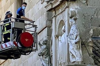 Leve desprendimiento en una estatua de la Catedral