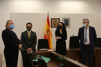 Representantes de la justicia de Palencia y de la asesoría jurídica de CaixaBank tras la firma del protocolo.