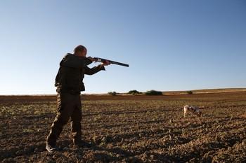 Un cazador dispara en el inicio de la media veda el pasado año en un pueblo de Zamora.