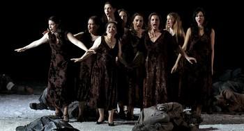 El coro de valquirias a veces es eclipsado por la orquesta.