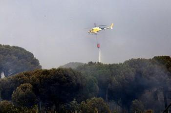 Imagen de un helicóptero en labores de extinción de un incendio ocurrido hace unos días en Simancas (Valladolid).