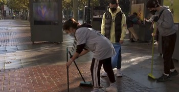 Un grupo de jóvenes, movilizados por Pablo Alcaide, acudieron a limpiar el Espolón tras la noche de disturbios el 31 de octubre de 2020.