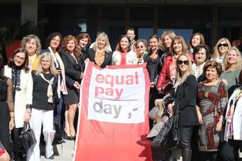 La ministra de Industria, Comercio y Turismo, Reyes Maroto (c), en la foto de familia del acto del Día de la Igualdad Salarial en el Palacio de Congresos de Madrid