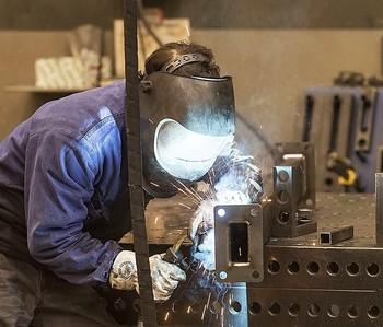 Un operario durante una jornada de trabajo en una empresa de Burgos.