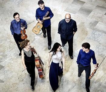 La burgalesa Alicia Amo (c.) y el donostiarra Andoni Mercero (d.) son los creadores de la formación Música Boscareccia.