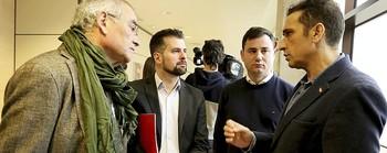 Luis Tudanca (2i), en las Cortes junto a dirigentes sindicales de UGT y Comisiones Obreras.