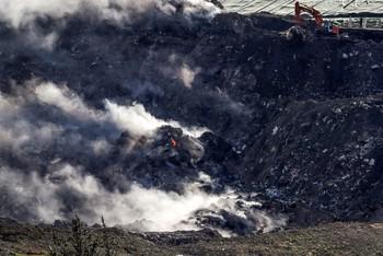 Avanzan las tareas de extinción del incendio en Zaldibar