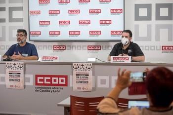 El secretario general de CCOO Industria en Castilla y León, Gonzalo Díez Piñeles (i), y el delegado de CCOO en Aciturri Boecillo, Juan Manuel Moreriras.