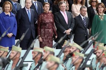 Del Hierro, a la izquierda de su esposa, María Dolores de Cospedal, contemplando un desfile militar en 2012.