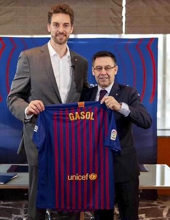 El jugador de San Boi posa con el presidente del club azulgrana, Josep Maria Bartomeu.