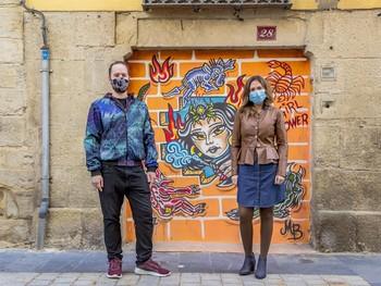 La concejala Marisa Bermejo, junto al artista urbano Rombillos.