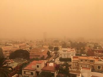 Una densa calima cubre Canarias