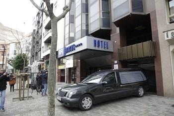 El coche fúnebre sale del hotel donde apareció el cuerpo de la niña el 27 de enero.