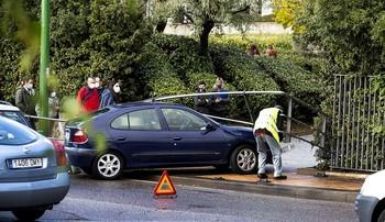 El Renault Mégane acabó empotrado contra las vallas de la rotonda frente al HUBU.