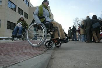 Una joven se desplaza en silla de ruedas.