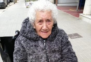 Una mujer de 100 años recibe el alta en Barcelona