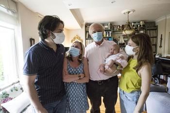 Mabel, con sus padres y sus abuelos Ana y Tato.