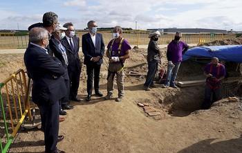 El secretario de Estado de Memoria Democrática, Fernando Martínez, y el delegado del Gobierno, Javier Izquierdo, entre otros.