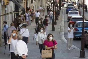 Imagen de la calle Santander con todos (o la inmensa mayoría de) los ciudadanos protegidos con mascarillas.