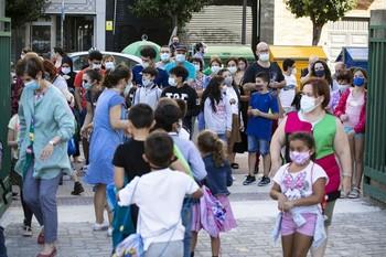 Niños a la salida del colegio Duquesa de la Victoria